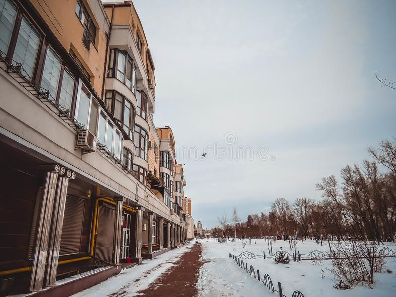 Vårstad i snön royaltyfria foton