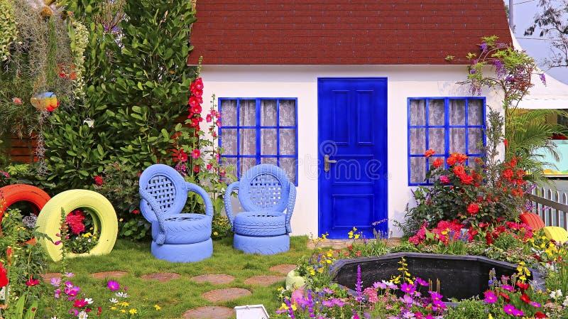 Vårträdgård med trähuset royaltyfria foton