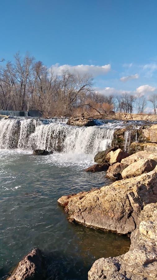 Vårvatten av Christina Farino Waterfall i vår royaltyfri foto