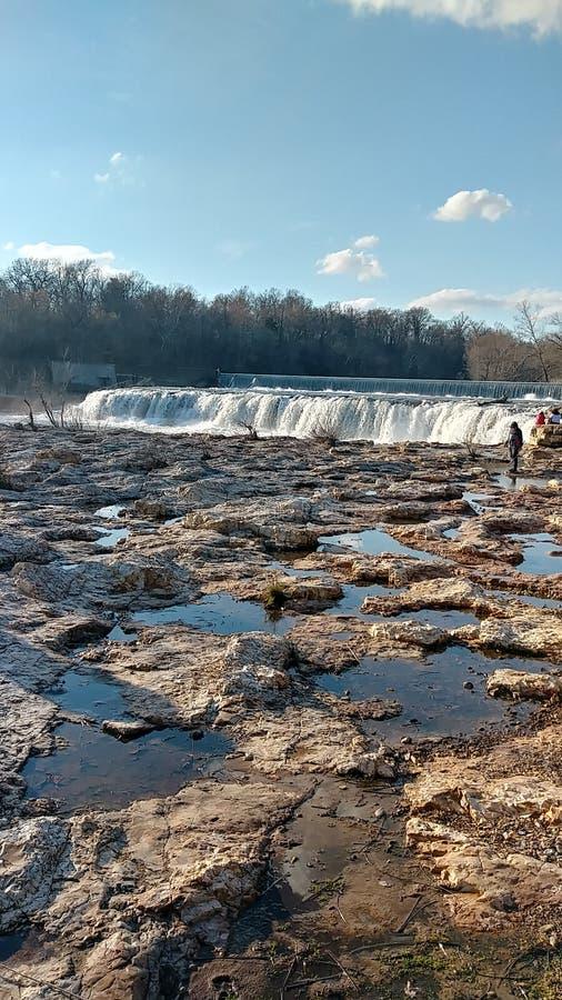 Vårvatten av Christina Farino Waterfall i vår royaltyfri fotografi