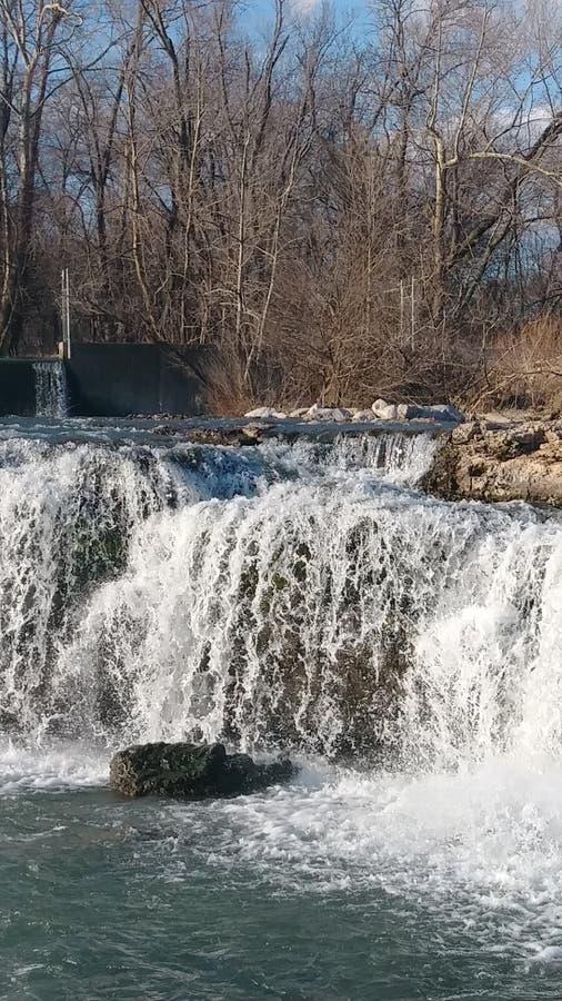 Vårvatten av Christina Farino Waterfall i våren Joplin royaltyfri foto