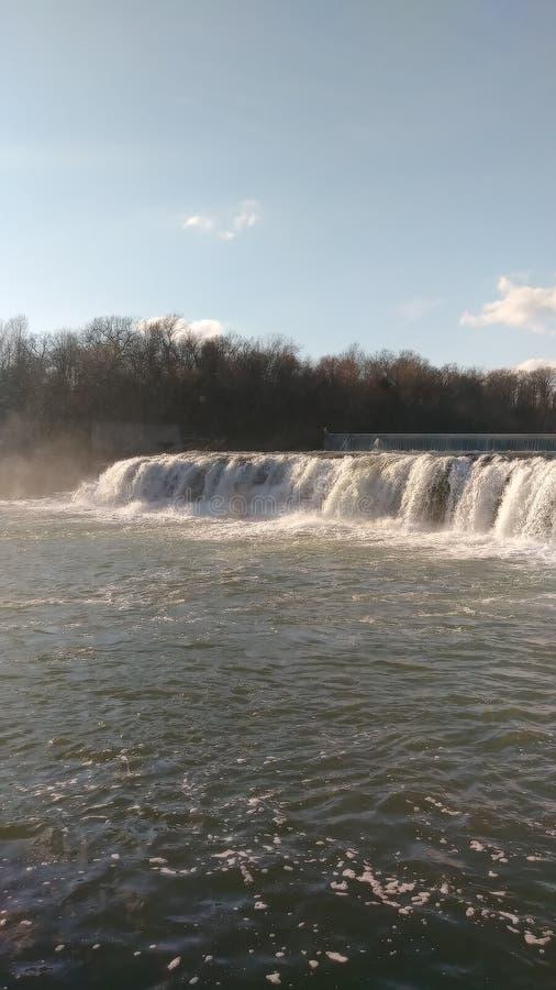 Vårvatten av Christina Farino Waterfall i våren Joplin arkivbilder