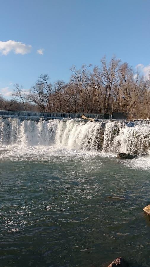 Vårvatten av Christina Farino Waterfall i våren Joplin Missouri Christina Farino Waterfall i vår arkivbild