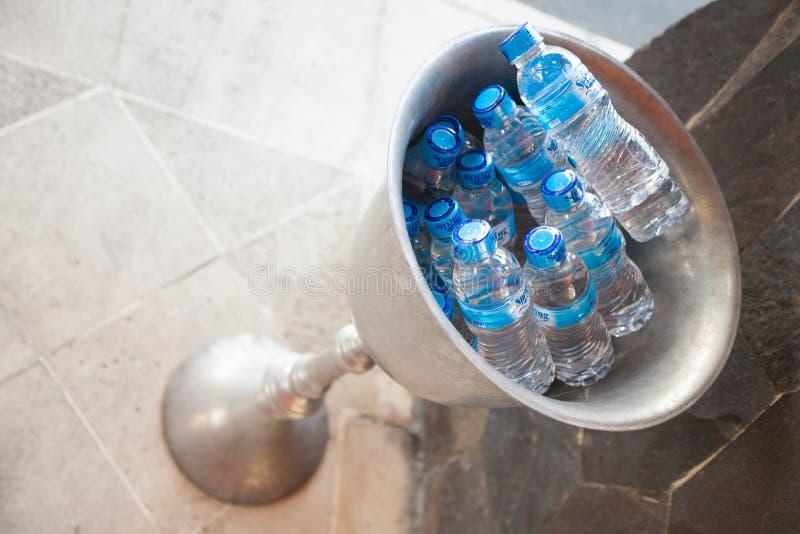 VÅRvatten i en bur på ett hotell i bali royaltyfria bilder