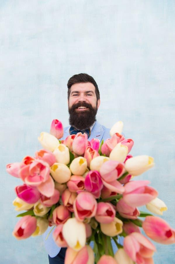 Vårvibes Romantisk överraskning för gentleman för henne Blommar leverans Romantiskt datum för gentleman allsång tre för spelrum f royaltyfria foton
