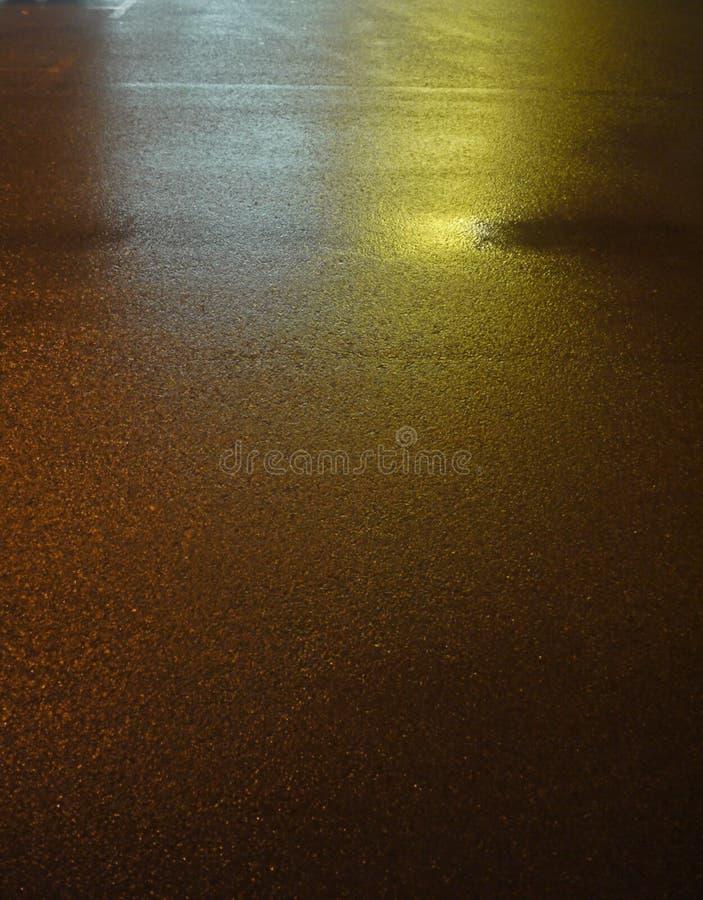 Våt asfaltväg för natt med reflexioner arkivfoton