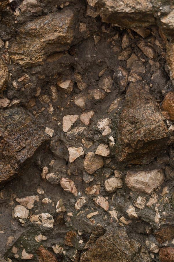 Våt bakgrund för stenvägg Efter regna textur royaltyfri fotografi