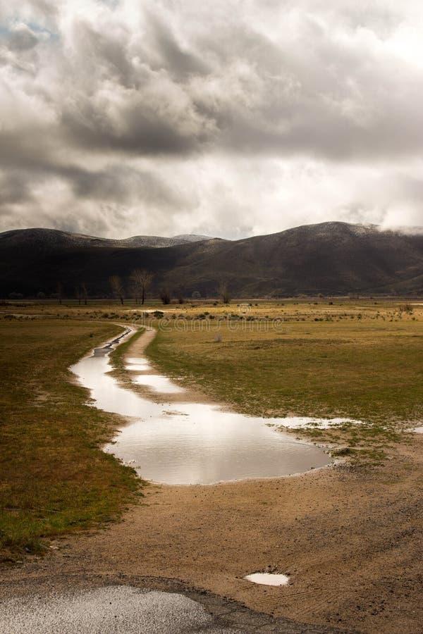 Våt grusväg efter storm arkivfoto