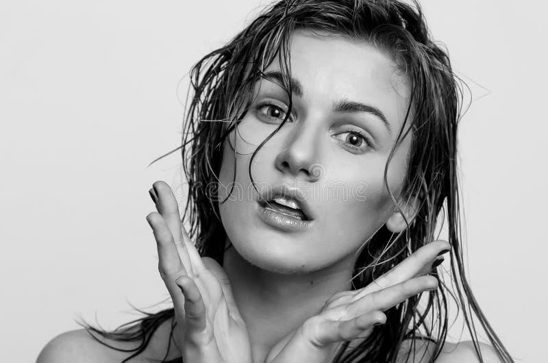 Våt hårheadshotstående, av en förvånad modellflicka, kvinna, dam fotografering för bildbyråer