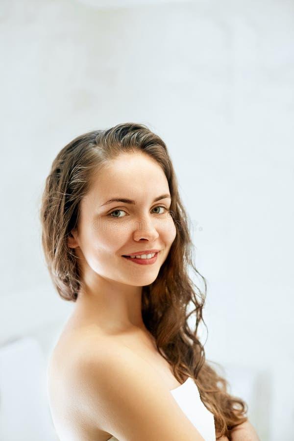 Våt hårkvinnastående, begrepp för omsorg för hud för skönhethår sunt, royaltyfri foto