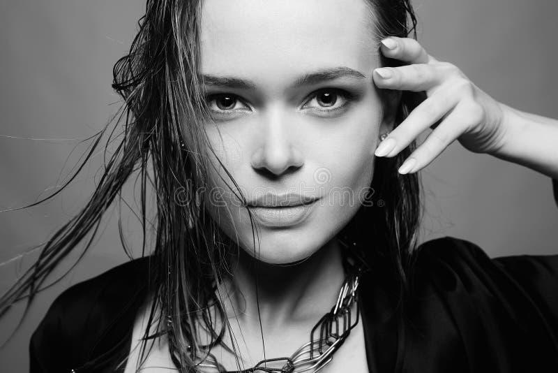 våt kvinna för härligt hår royaltyfri fotografi