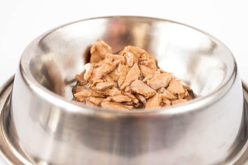 Våt mat för hund och katt i metallbunken som isoleras på vit arkivbild
