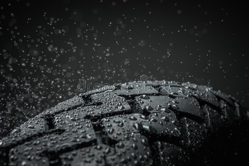 Våt motorcykelgummihjuldäckmönster royaltyfri bild