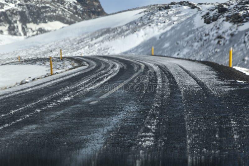 Våt och hal väg i Island, vintertid royaltyfria foton