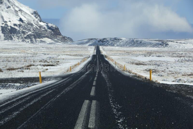Våt och hal väg i Island, vintertid royaltyfri fotografi