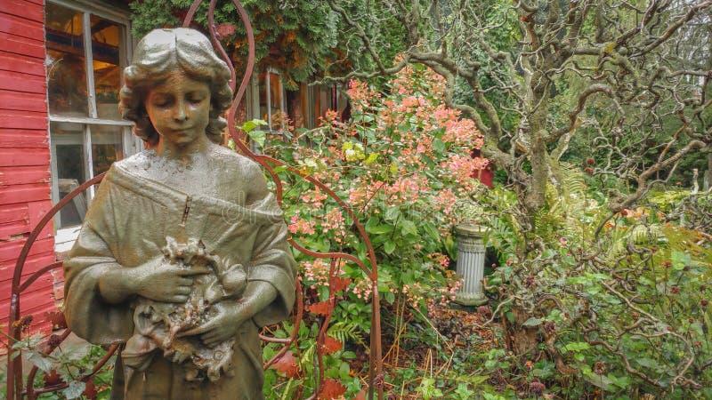 Våt staty av en kvinna arkivbilder