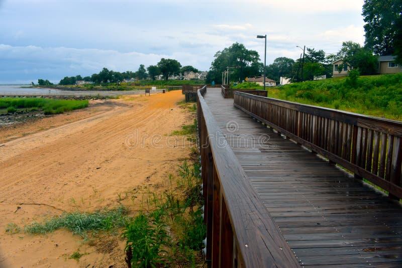 Våt strandpromenad på den lokala stranden arkivfoton