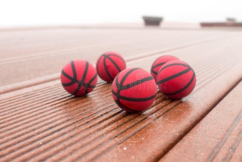 Våta fem röda basket på gatan arkivbild