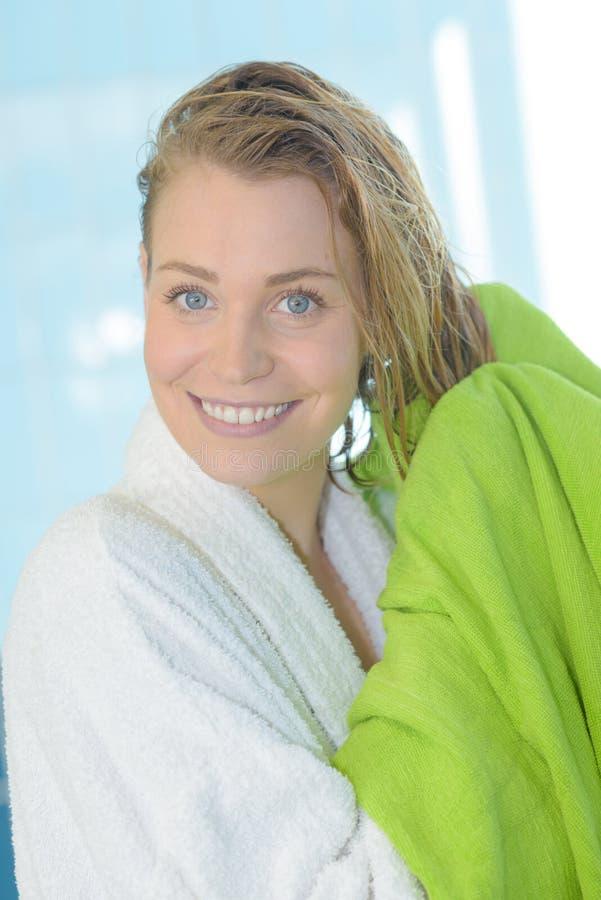 Vått hår för nätt kvinnauttorkning med handduken royaltyfri bild