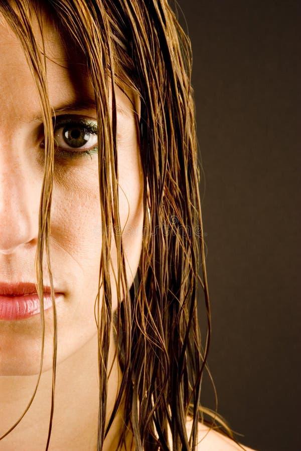 vått kvinnabarn för hår arkivfoto