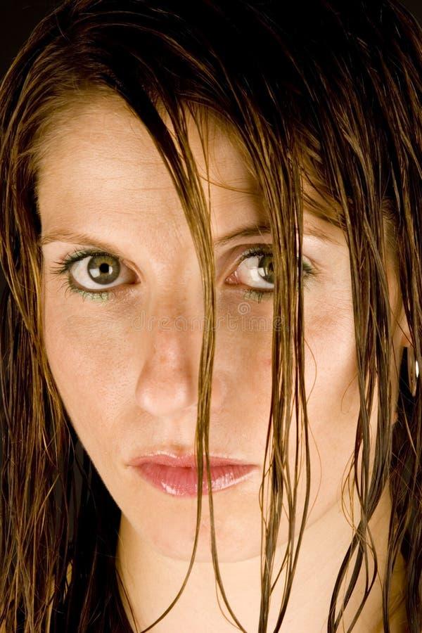vått kvinnabarn för hår arkivbild