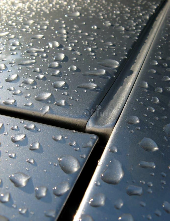 vått tak för bilavloppsrännarør arkivbild