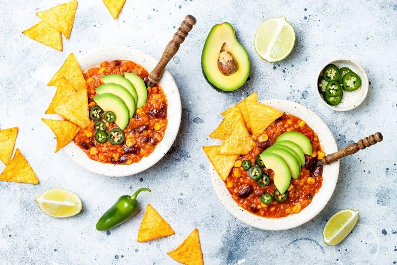 Végétarien chili con carne avec des lentilles, haricots, nachos, chaux, jalapeno Plat traditionnel mexicain photographie stock libre de droits