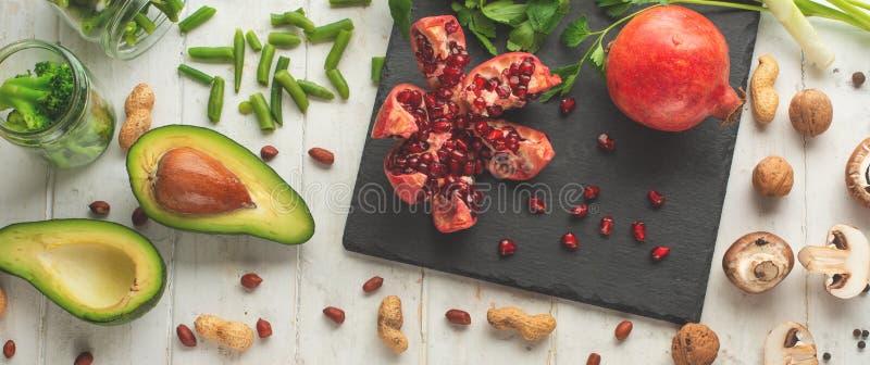 Végétarien d'hiver, nourriture de vegan faisant cuire des ingrédients Configuration plate des légumes, fruits, haricots, ustensil image libre de droits