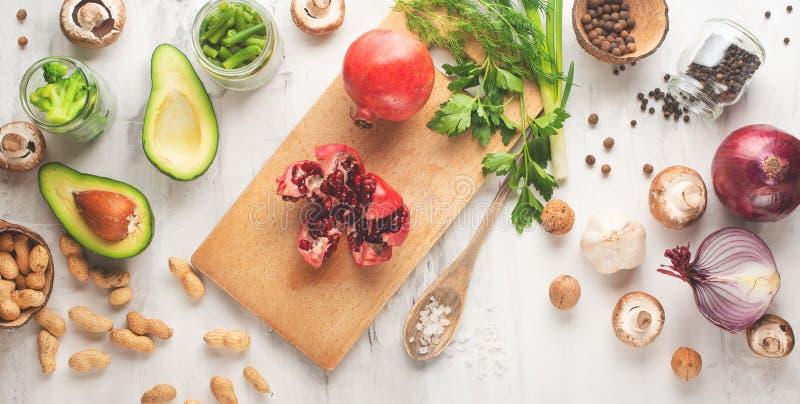 Végétarien d'hiver, nourriture de vegan faisant cuire des ingrédients Configuration plate des légumes, fruits, haricots, ustensil images libres de droits