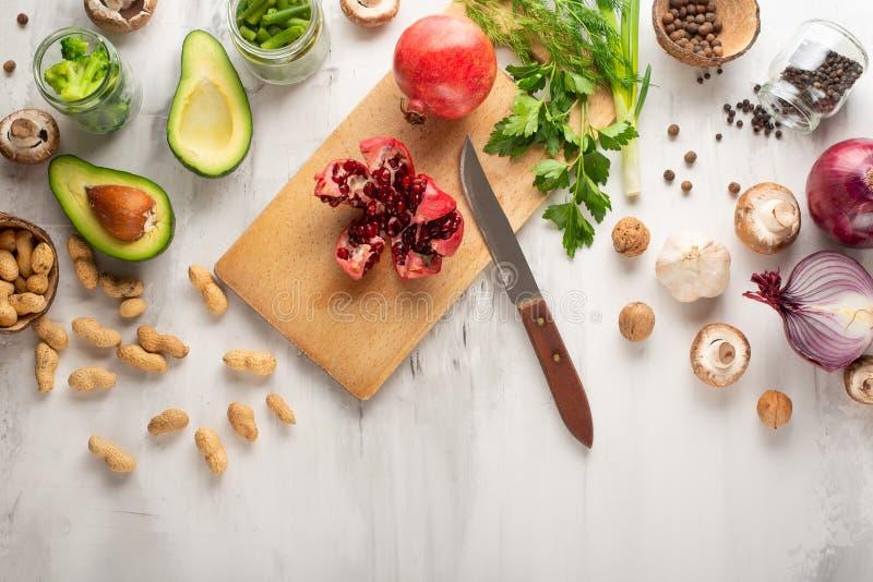 Végétarien d'hiver, nourriture de vegan faisant cuire des ingrédients Configuration plate des légumes, fruits, haricots, ustensil images stock