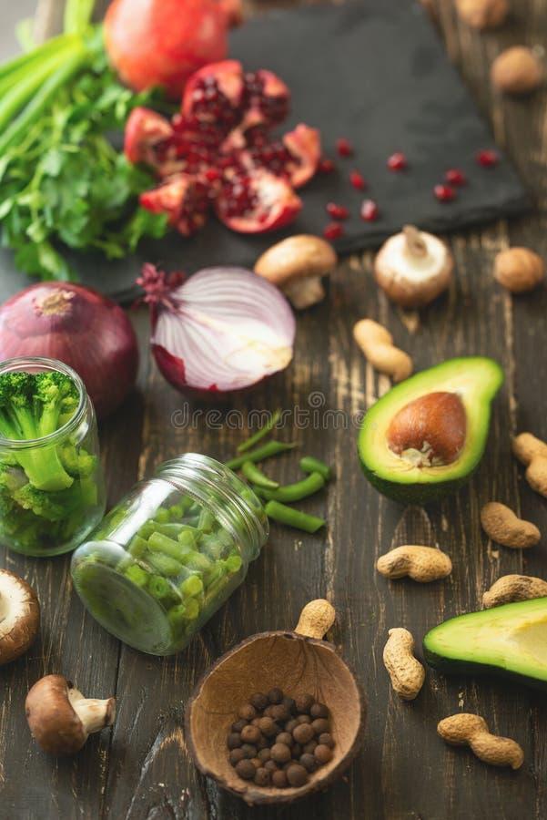 Végétarien d'hiver, nourriture de vegan faisant cuire des ingrédients Configuration plate des légumes, fruits, haricots, ustensil image stock