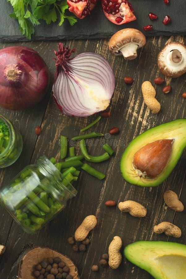 Végétarien d'hiver, nourriture de vegan faisant cuire des ingrédients Configuration plate des légumes, fruits, haricots, ustensil photographie stock libre de droits