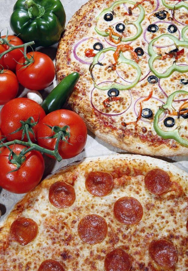 Végétarien et pizza de pepperoni combinée image libre de droits