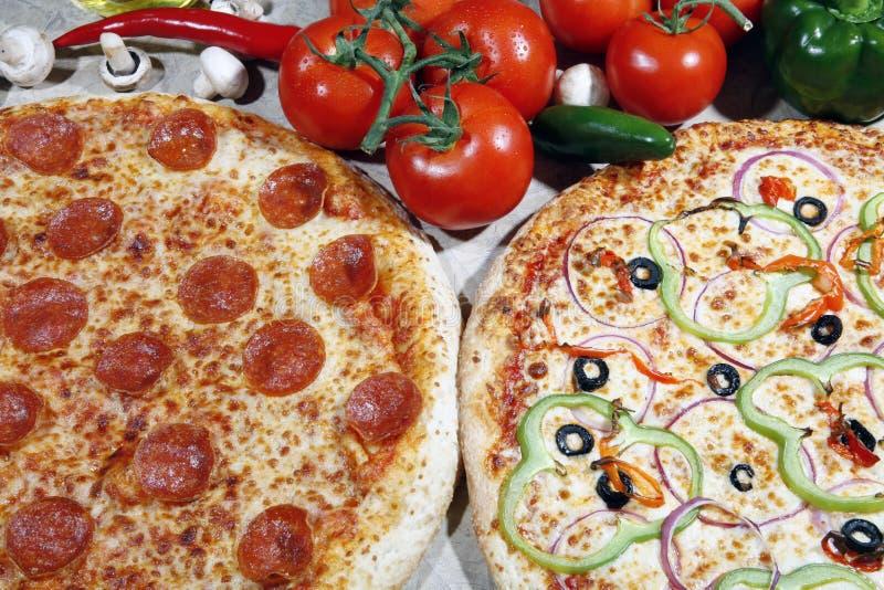 Végétarien et pizza de pepperoni combinée photos stock