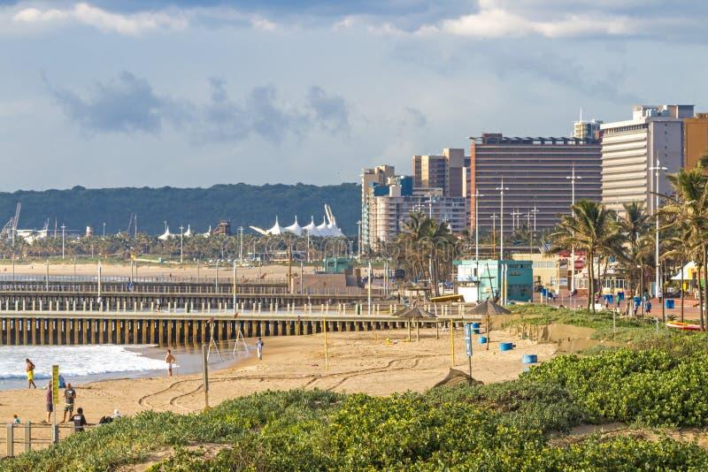 Végétation sur du front de mer contre l'horizon de ville à Durban images stock