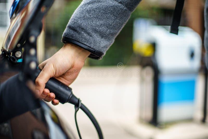 Véhicule électrique chargeant sur la rue, au R-U photographie stock libre de droits