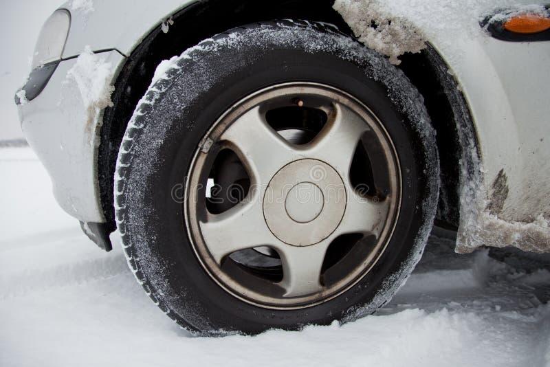 Véhicule avec des pneus de l'hiver photographie stock
