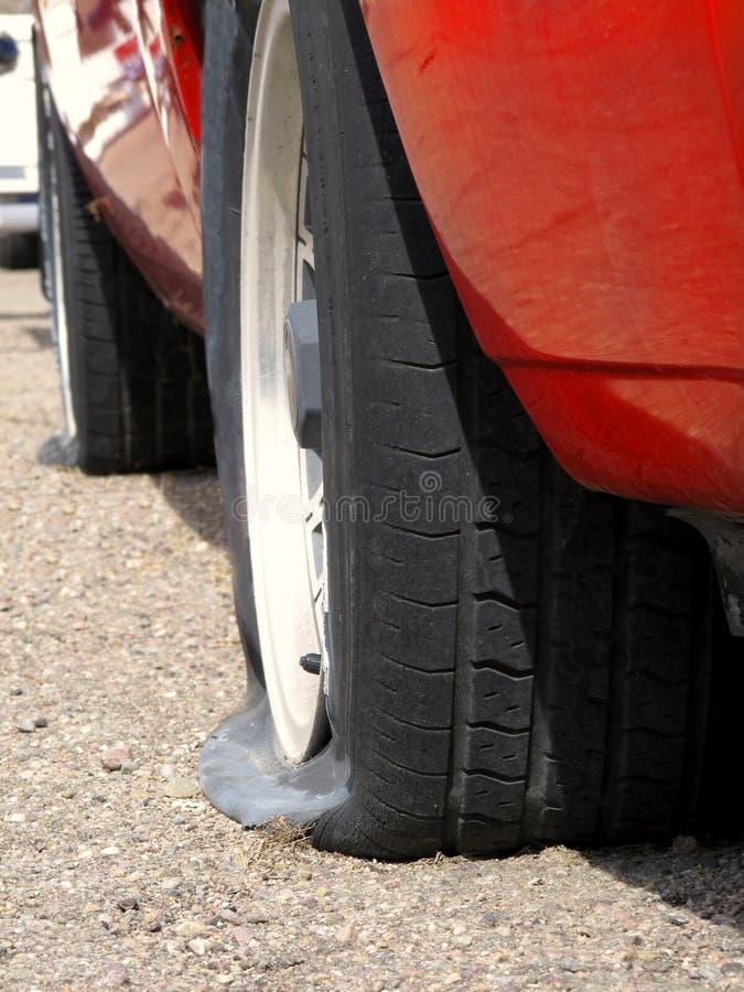 Véhicule avec les pneus plats photographie stock libre de droits