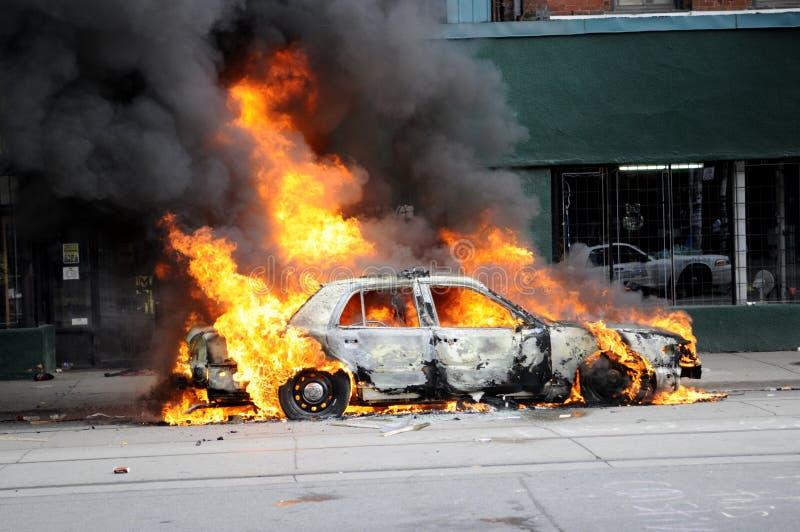Véhicule brûlant à Toronto. photo libre de droits