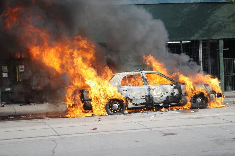 Véhicule brûlant à Toronto du centre. photos stock