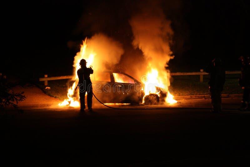 Véhicule brûlant images libres de droits