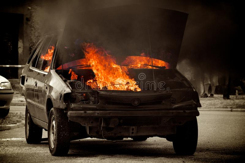 Véhicule brûlant images stock