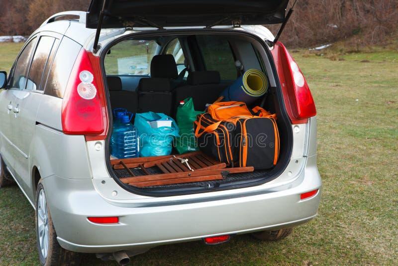 Véhicule chargé avec le joncteur réseau et le bagage ouverts photos stock