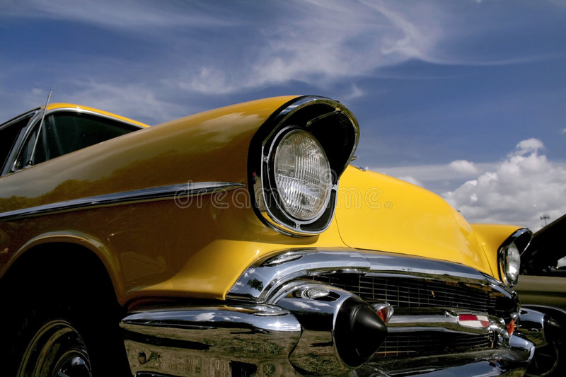 Véhicule classique jaune photo stock