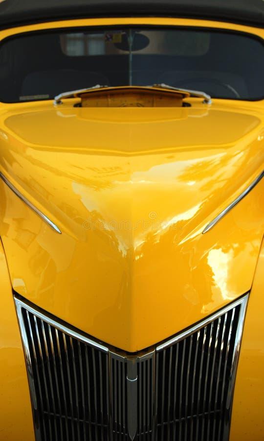 Véhicule classique jaune images stock
