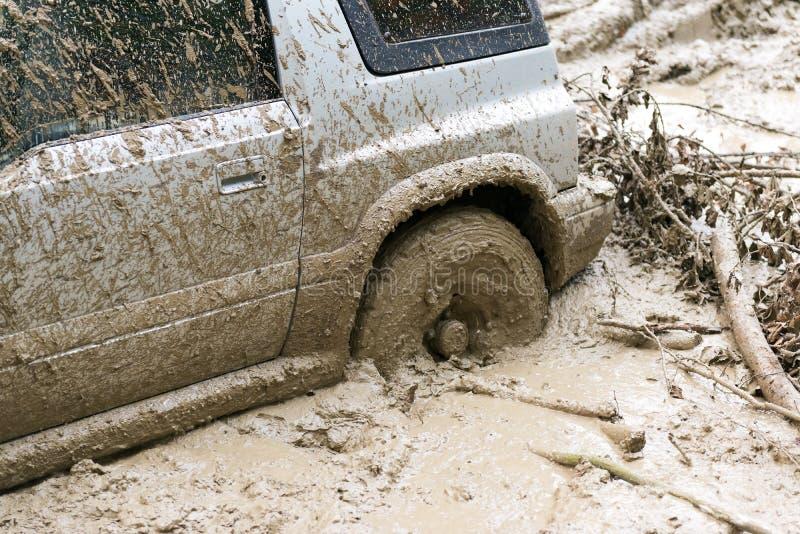 Véhicule coincé dans la boue photo stock