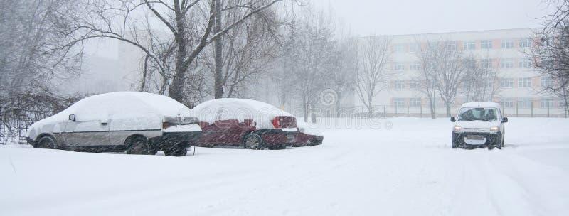 Véhicule couvert dans la neige photographie stock