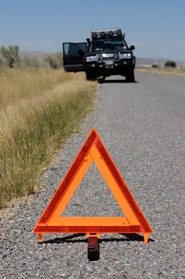 Véhicule décomposé sur la route avec la triangle d'avertissement image libre de droits