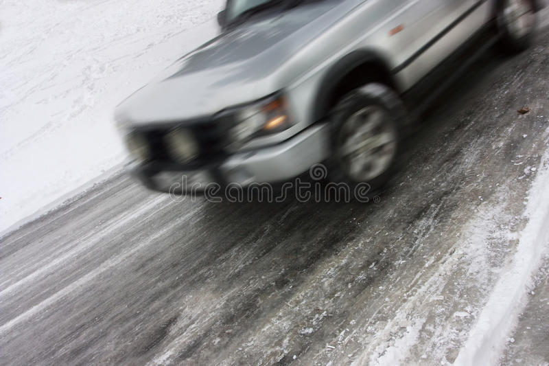 Véhicule dérapant sur une route glaciale images libres de droits