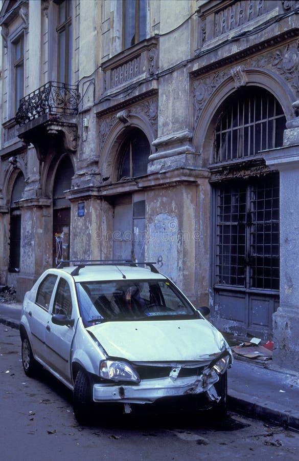 Véhicule détruit sur la rue de ville photos libres de droits